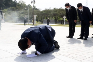 5·18 민주묘지에 큰절하는 송영길 대표