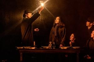 빛과 따뜻함 좇아간 여성의 삶…시공간 넘나드는 석유 이야기, 연극…