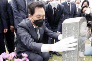 [포토] 5·18 묘지 열사 묘역 참배하는 김기현 권한대행