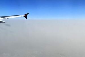미세먼지 위 파란 하늘