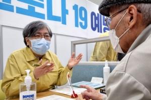 코로나19 백신 접종 문진하는 정은경 방대본부장
