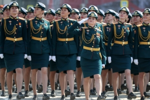 절도있게 행진하는 러시아 여군들