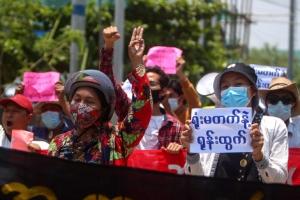 일상 감시하는 軍, 불안에 떠는 시민… 미얀마 '집단 불면증의 밤…