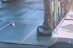차에 깔린 채 끌려가는 주유소 직원, 시민들이 달려가 구조