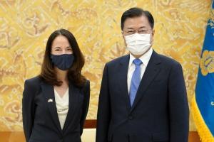 문대통령, '방한 광폭 행보' 美 DNI국장 접견… 한반도 정세 논의…