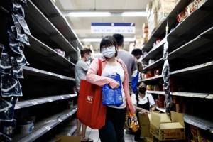대만, 코로나19 급증에 마트로 몰린 시민들 '텅 빈 매대'
