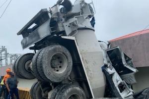 """""""세차중"""" 내리막길 주차한 레미콘 트럭 수십m 미끄러져 건물 충…"""