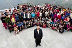 """아내가 38~39명인 """"세계 최다 가족""""의 가장 지오나 차나"""