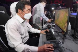 '리그오브레전드' 게임 체험하는 이낙연 전 대표