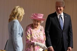 바이든은 왜 95세 英여왕에게 허리 숙이지 않을까