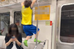 신발 벗고 지하철 구조물에 매달린 아들...핸드폰만 보는 엄마