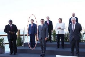 낯가리는 日스가, G7 정상회의 기념 사진서 文 잘라냈다
