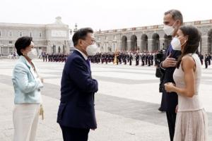 문 대통령, 스페인 국빈방문… 국왕과 인사