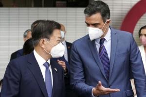 '스페인 총리와 대화'하는 문 대통령
