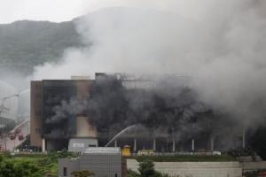 쿠팡물류센터 화재 36시간...건물내부 연기 가득
