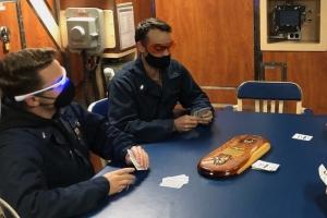 美해군은 왜 '주황색 안경'을 착용하게 했을까