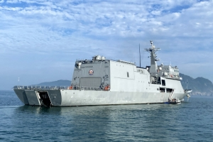 거동 불편한 섬주민도 '한방'에…'바다위 군함 백신센터'