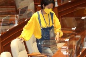'파격' 류호정, 타투 드레스 이어 이번엔 멜빵바지…대정부질문 …