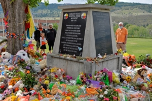 캐나다 원주민 기숙학교 터에 표식 없는 무덤 터 또 발견, 무려 75…