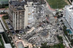 순식간에 '와르르'…美플로리다 아파트 붕괴, 99명 실종(종합)