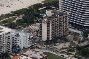 """""""제발 살아있길..."""" 美플로리다주 붕괴 현장 실종자 찾는 가족들"""