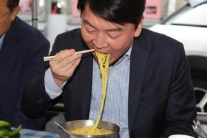 '후루룩' 안철수 대표, 서문시장 국수 맛보기