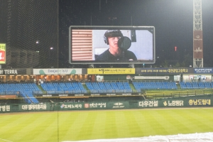 비가 오자 노래하는 선수들… 콘서트장으로 변한 대전구장