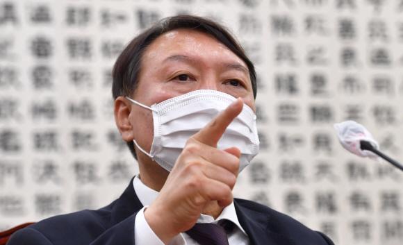 """윤석열 """"총장은 장관 부하 아니다"""" 직격탄 날렸다"""
