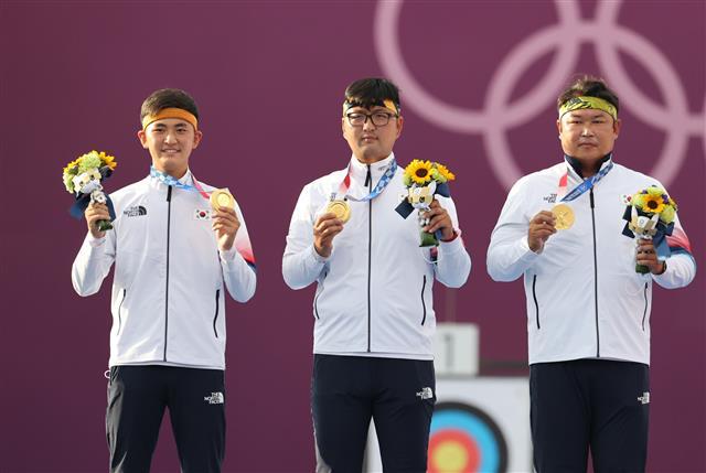 男양궁 단체전 올림픽 2연패…김제덕 2.4㎝가 살렸다