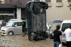 진흙탕 속 '우뚝 선 자동차'
