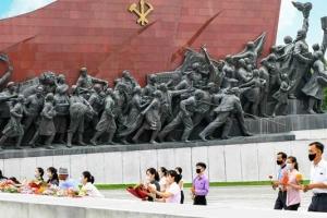 김일성 26주기 앞두고… 마스크 쓴 北 주민들