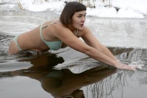 얼음물에 '꽁꽁' 얼어야 제맛!