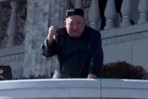 김정은, 열병식 향해 '주먹 불끈'