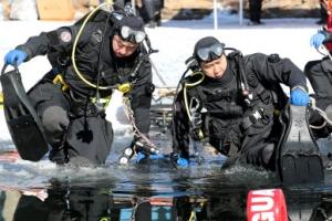 '얼음 뚫고 입수' 소방대원들