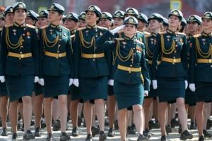 러시아 여군들, 절도 있게 행진