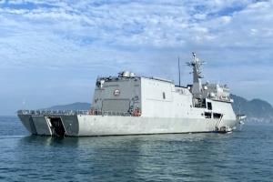 섬주민도 '한방'에…'바다위 군함 백신센터'
