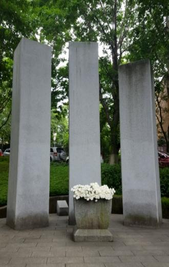 러시아 블라디보스토크 내 한인집단거주지인 신한촌에 있는 기념탑. 신한촌은 '새로 한국을 부흥시킨다'는 뜻이다. 세 기둥 중 가운데가 남한, 왼쪽은 북한, 오른쪽은 재외동포를 상징한다. 연합뉴스