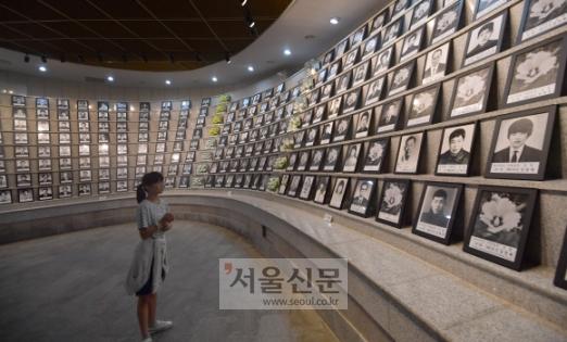 어린이도 5·18 열사 추모 제39주년 5·18민주화운동 기념식을 이틀 앞둔 16일 오전 광주 북구 운정동 국립5·18민주묘지 열사 묘역에서 어린이 참배객이 희생자 영정들을 둘러보고 있다.  광주 박지환 기자 popocar@seoul.co.kr