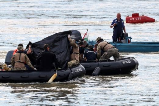 한국 정부 합동신속대응팀 잠수요원들이 사고 지점에서 수중 수색을 벌이는 모습. 로이터 연합뉴스