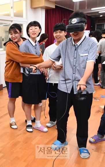 이정완 학생이 스마트폰과 VR 단말기 간 연동 게임인 '스페셜포스' VR 체험을 하고 있다.