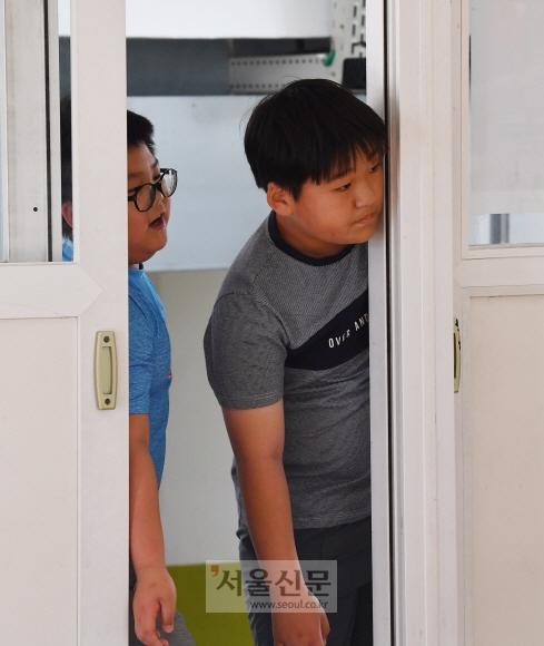 저동초등학교 학생들이 체험 시작 전부터 열린 문 사이로 신기하게 쳐다보고 있다.