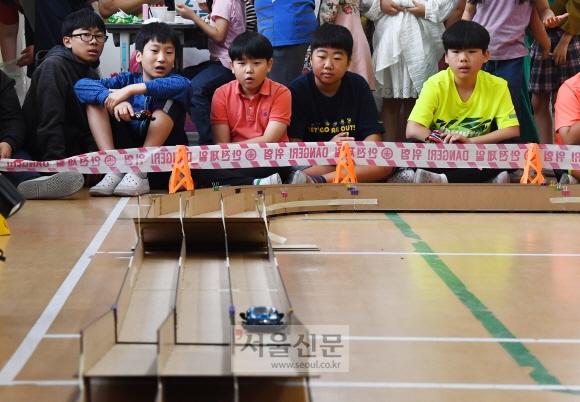 학생들이 미니카를 조립하고 스스로 개조해 레이싱 경기를 펼치고 있다.