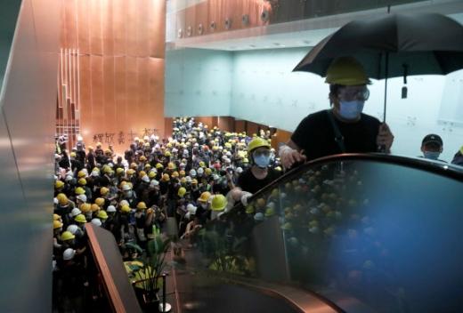 헬멧과 마스크를 착용한 시위대 수백명은 1일 오후부터 입법회 건물 진입을 시도한 끝에 의사당을 점거했다. 홍콩 로이터 연합뉴스