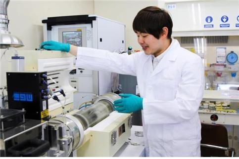 금속 유기 화학 기상 증착을 진행한 증착 장비를 작동시키는 진강태 연구원. 투명한 관 안에 기판을 넣고 기체를 주입한다. IBS 제공