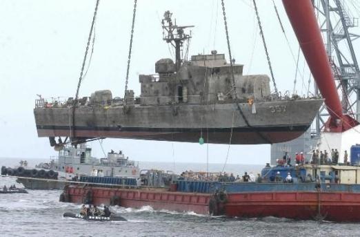 2002년 8월 21일 서해 북방한계선(NLL) 남방 5.4㎞ 지점에서 서해교전으로 침몰됐던 참수리 고속정 357호정이 인양되고 있다. 사진공동취재단