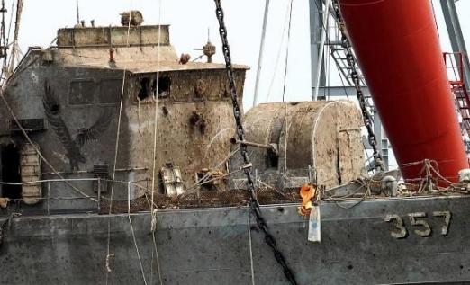참수리 고속정 357호정의 선체에서 확인된 치열했던 교전의 흔적. 사진공동취재단