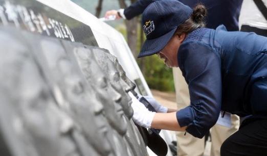 2017년 6월 29일 오전 경기 평택시 해군 2함대에서 열린 '제2연평해전 15주년 기념식'에서 유가족들이 해전 영웅들의 얼굴 부조상을 어루만지고 있다. 연합뉴스