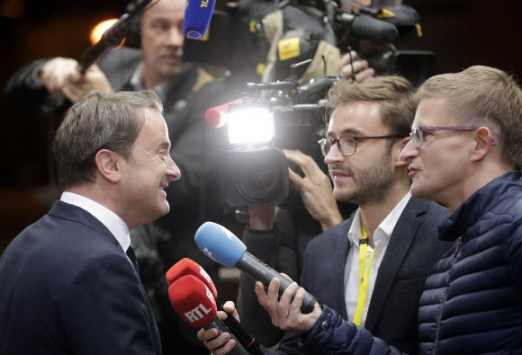 European Brexit Summit in Brussels epa07928927 Luxembourg's Prime Minister Xavier Bettel (L) speaks to the media as he departs at the end of the European Council Brexit summit in Brussels, Belgium, 18 October 2019. According to reports, the European Union (EU) and the British government have reached a deal for Brexit.  EPA/OLIVIER HOSLET/2019-10-18 09:36:57/ <연합뉴스