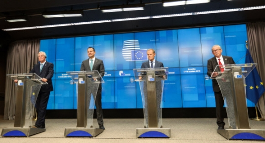 BELGIUM-BRUSSELS-EU-SUMMIT-NEW BREXIT DEAL (191017) -- BRUSSELS, Oct. 17, 2019 (Xinhua) -- European Union (EU)'s chief Brexit negotiator Michel Barniers, Irish Prime Minister Leo Varadkar, European Council President Donald Tusk and President of the European Commission Jean-Claude Juncker (from L to R) attend a press conference during an EU summit in Brussels, Belgium, on Oct. 17, 2019. The two-day summit kicked off on Thursday. The European Union (EU) and Britain have reached a new Brexit deal, President of the European Commission Jean-Claude Juncker said on Thursday. (Xinhua/Zheng Huansong)/2019-10-18 05:44:43/ <연합뉴스
