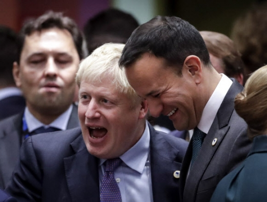 European Brexit Summit epa07928215 British Prime Minister Boris Johnson (2-L) and Irish Prime Minister Leo Varadkar during a Brexit summit in Brussels, Belgium, 17 October 2019. According to reports, the EU and the British government have reached a deal for Brexit.  EPA/OLIVIER HOSLET/2019-10-18 04:18:40/ <연합뉴스